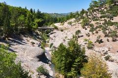 Eine Brücke und ein getrockneter hoher Fluss in den Bergen lizenzfreie stockfotografie
