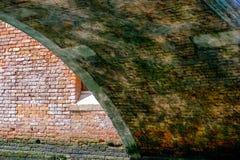 Eine Brücke in Venedig und in den Reflexionen Stockfoto
