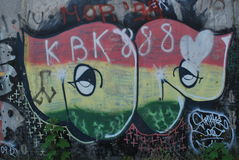 Eine Brücke zerstört mit Straßengraffitikunst Lizenzfreie Stockfotografie