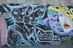 Eine Brücke zerstört mit Straßengraffitikunst Stockbilder