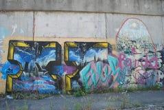 Eine Brücke zerstört mit Straßengraffitikunst Lizenzfreies Stockbild