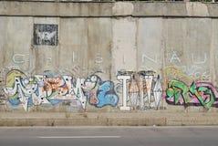 Eine Brücke zerstört mit Straßengraffitikunst Stockfotos