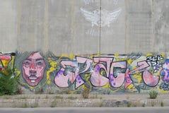 Eine Brücke zerstört mit Straßengraffitikunst Stockfotografie