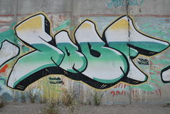 Eine Brücke zerstört mit Straßengraffitikunst Lizenzfreie Stockfotos