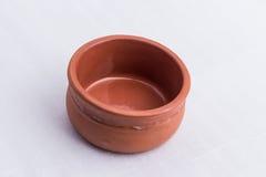Eine braune Schüssel hergestellt aus Lehm heraus Lizenzfreie Stockfotos