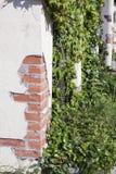 Eine braune Wand von Ziegelsteinblöcken mit einer Terrakottatönung und einer Spalte in der Mitte Stockbild
