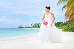 Eine Braut, die auf einem Strand in der Maldives-Insel aufwirft Stockbild