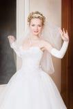 Eine Braut mit einem Schleier zu Hause Stockfotografie