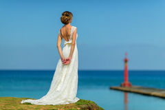 Eine Braut nahe dem Ozean lizenzfreie stockfotografie