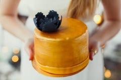 Eine Braut und ein Bräutigam schneidet ihre Hochzeitstorte Lizenzfreie Stockfotografie