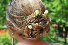 Eine Brauthaar-Anordnung mit Rosebuds. lizenzfreie stockfotografie