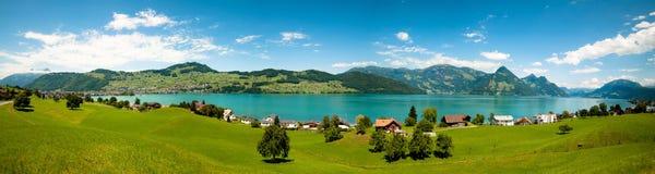 Eine breite Ansicht von Alpen, Alps See und Grünfelder Stockbild