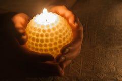 Eine brennende Kerze Lizenzfreies Stockfoto