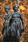 Eine Bronzeskulptur der drei Umgangsformen Stockbild