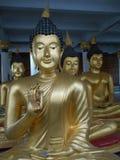 Eine Bronzestatue von Buddha in Thailand stockbild