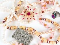 Eine Brosche und Perlen lizenzfreie stockbilder