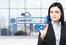 Eine Brunettefrau wird nach etwas Informationen im Internet suchen, indem sie ihren Antrag im Glasschirm notiert Moderne Wanne lizenzfreies stockfoto