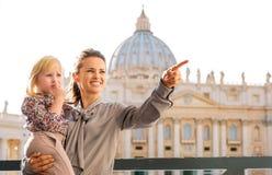 Eine Brunettemutter hält ihre blonde Tochter Lizenzfreies Stockfoto
