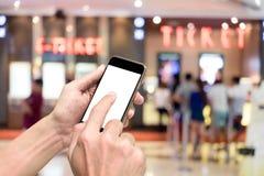 Eine Buchungsfilmkarte über intelligentes Telefon Stockbild