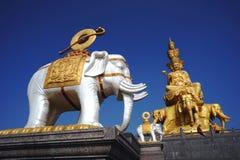 Eine Buddha-Statue auf eine Gebirgsoberseite Stockfotos