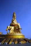 Eine Buddha-Statue auf eine Gebirgsoberseite Lizenzfreies Stockbild