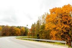 Eine bunte kurvende Herbststraße Lizenzfreies Stockbild