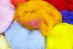 Eine bunte natürliche Schafwolle des obenliegenden Fotos für Filzstoff Trockene helle bunte Merinowolle Blau, orange, Weiß und Ge Stockfotos