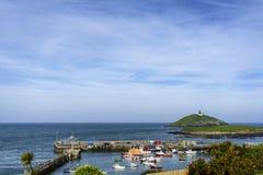 Eine bunte Reihe Boote in einem irischen Hafen lizenzfreies stockfoto