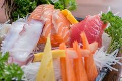 Eine bunte Servierplatte von Sashimisushi mit Thunfisch- und Krabbenstöcken Stockbild