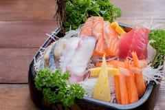 Eine bunte Servierplatte von Sashimisushi mit Thunfisch- und Krabbenstöcken Lizenzfreies Stockbild
