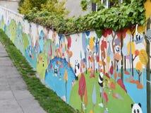 Eine bunte Wand in Prag Stockbild