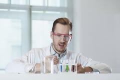 Eine chemische Reaktion in einem Reagenzglas Stockbilder