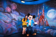 Eine Chinesin in Land Shanghais Disney stockbilder