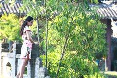 Eine Chinesin trägt Cheongsam im Wasserpark von Shanghai Lizenzfreies Stockbild
