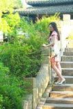 Eine Chinesin trägt Trachtenkleid im Wasserpark von Shanghai Lizenzfreies Stockbild