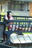 Eine Chinesin trägt Trachtenkleid im Wasserpark von Shanghai Lizenzfreies Stockfoto