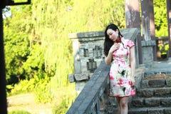 Eine Chinesin trägt Trachtenkleid im Wasserpark von Shanghai Lizenzfreie Stockfotos