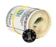 Eine chinesische Yuan-Münze gegen Bündel US-Dollars Lizenzfreies Stockbild