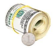 Eine chinesische Yuan-Münze gegen Bündel US-Dollars Stockfotografie