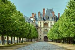 Eine cobbled Gasse in einem Park um den Fontainebleau-Palast stockbild