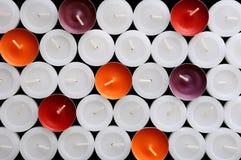 Eine Collage der farbigen Kerzen Stockbild