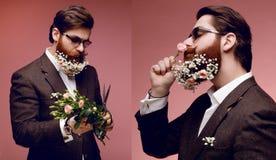 Eine Collage mit attraktivem bärtigem Mann in der Sonnenbrille und im Kostüm, mit Blumen in bärtigem, lokalisiert auf rosa Hinter stockfotografie