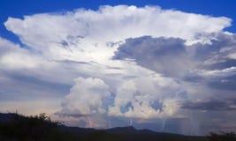 Eine Cumulonimbus-Gewitterwolke und fünf Blitzschläge Stockfotos