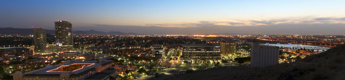 Eine Dämmerungs-Ansicht von Tempe und von Phoenix Stockfotografie