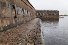 Eine düstere Festungswand auf Neva River in St Petersburg Stockfotos