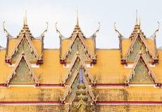 Eine Dach-Spitze eines thailändischen Art-Tempels Stockbilder