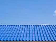 Eine Dach-Spitze mit blauen Fliesen Stockfotografie