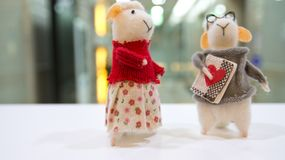 Eine Dame, die das Büro besichtigt, starrt entlang eines männlichen Schafs an lizenzfreies stockfoto