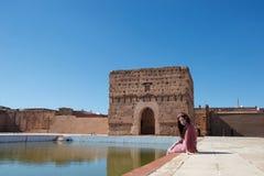 Eine Dame, die durch einen Teich in Marokko lächelt stockbilder