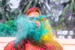 Eine Dame, die mit holi Farben während holi Festivals in Indien geduscht erhält stockfotos